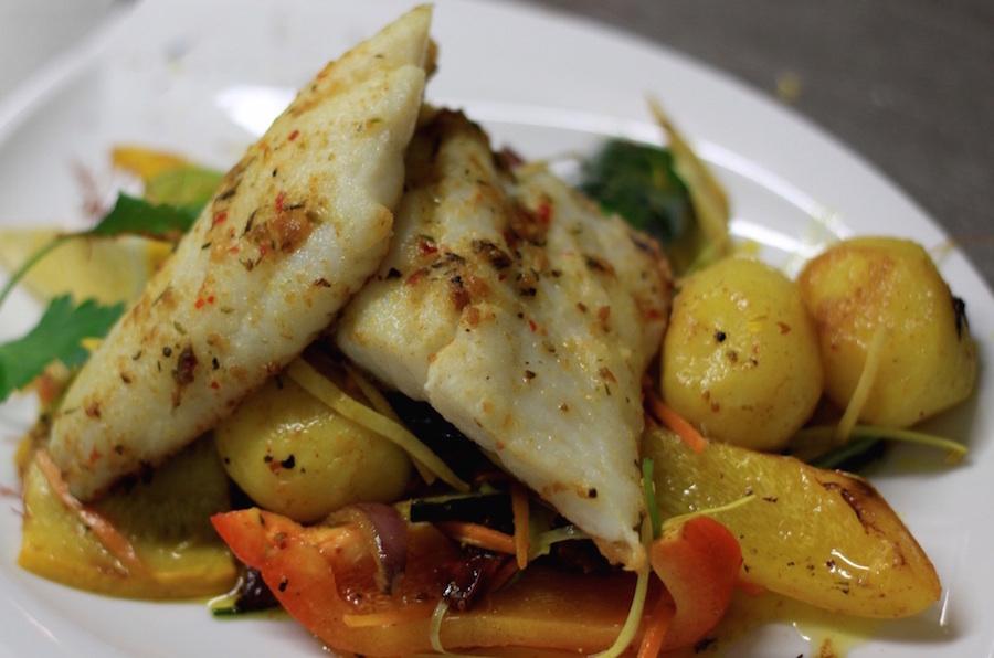 Mariniertes Zanderfilet auf gebratenem Gemüse und Risoléekartoffeln