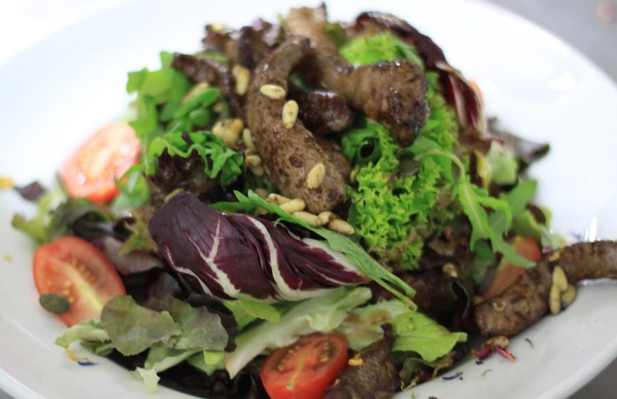 Knackige Blattsalate mit leckerem Dijonsenfdressing und mit Balsamico abgelöschten, gerösteten Roastbeefstreifen und Pinienkernen