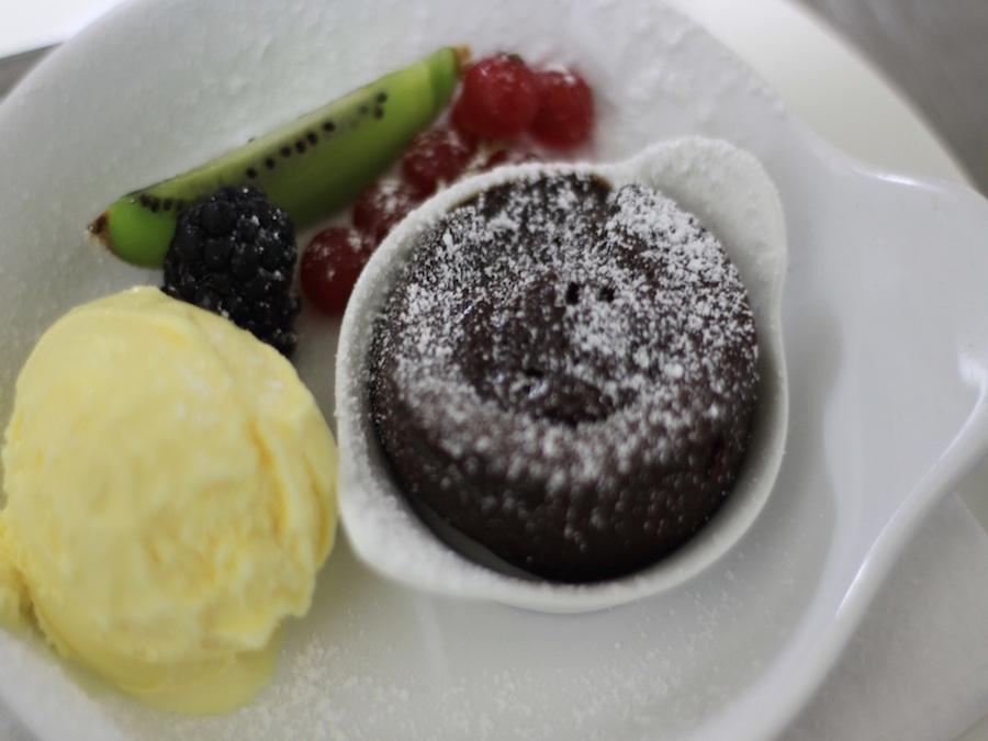 Café Gourmand Kaffee Ihrer Wahl Minischokoküchlein mit weichem Cappuccinokern und Nougateis
