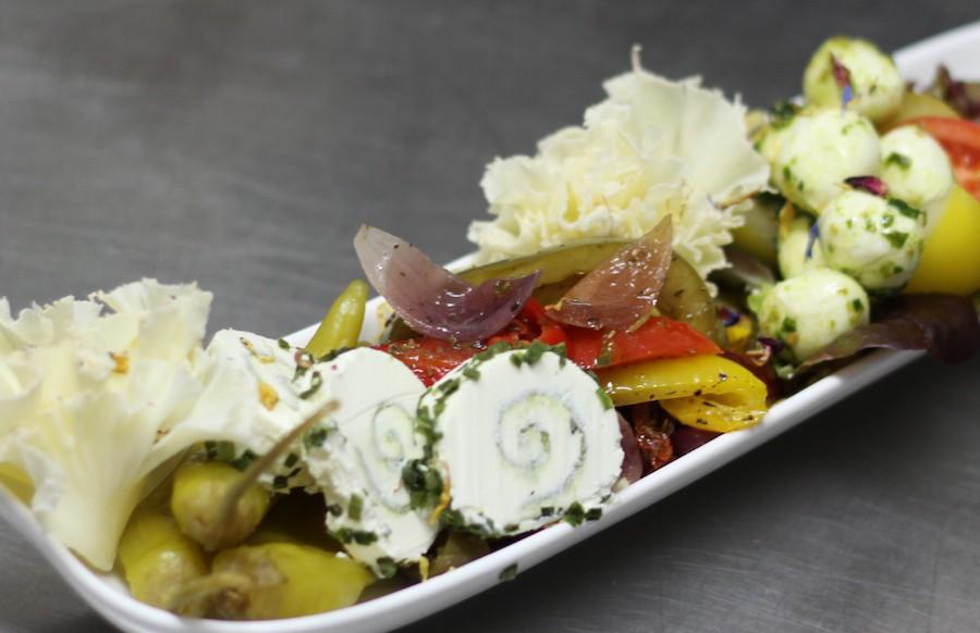 Köstliche Vegetarische Tapas mit mariniertem Gemüse, eigelegten Oliven Babymozzarella und Mönchskopfkäse