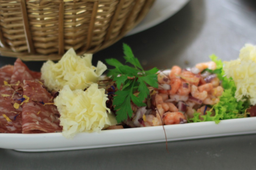 Tapasvariation Parmaschinken, Salami, Oliven, marinierte Shrimps, Peperoni, Girolle
